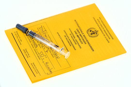 Spritze mit Impfpass