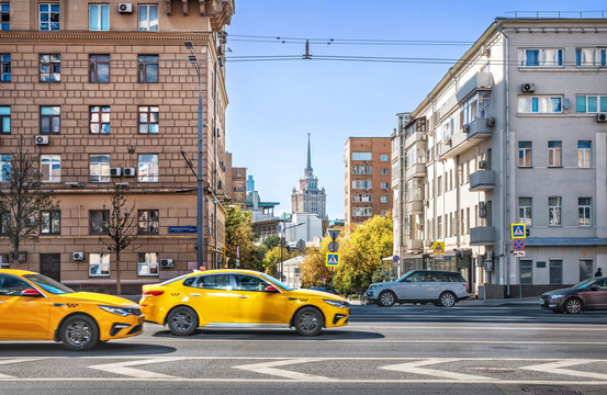 Такси в городе yellow taxi on the highway  in Moscow. Caption: Smolenskaya Square 13/21