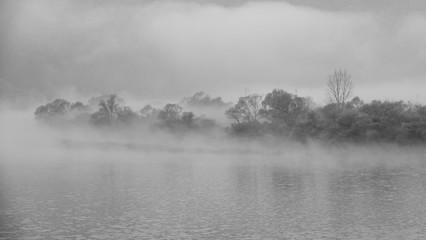 물안개가 자욱한 겨울 호숫가를 촬영 Fototapete