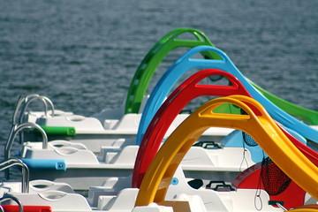 Trettboote mit Rutschen auf einem See in Frankreich. Sanguinet Fototapete