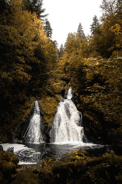 Triberger Wasserfall mit einer Person ind roter Jacke Brücke oberhalb des Bildes