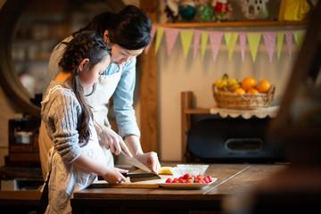 自宅でケーキを作る母と娘 Wall mural