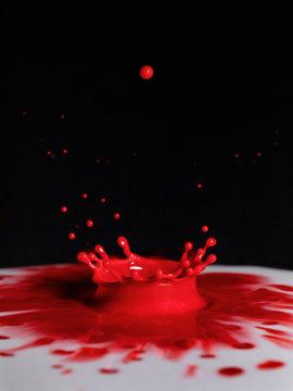 rote Milchtropfen Krone in weisser Flüssigkeit
