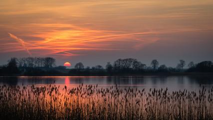 Papiers peints Marron chocolat Zachód słońca nad jeziorem