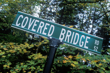 Fototapete - A sign that reads ÒCovered Bridge RdÓ