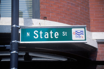 Fototapete - A sign that reads ÒN. State StÓ