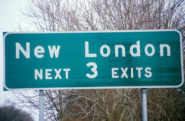 Fototapete - A sign that reads ÒNew London next 3 exitsÓ