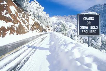 Fototapete - A sign that reads ÒChains or Snow Tires RequiredÓ