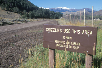 Fototapete - A sign that reads ÒGrizzlies use this areaÓ