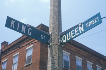 Fototapete - A sign that reads ÒKing St/Queen StÓ