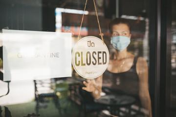 Store Owner in medical mask closed restaurant for quarantine Fototapete
