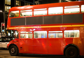 Fototapete - Red vintage bus in London.