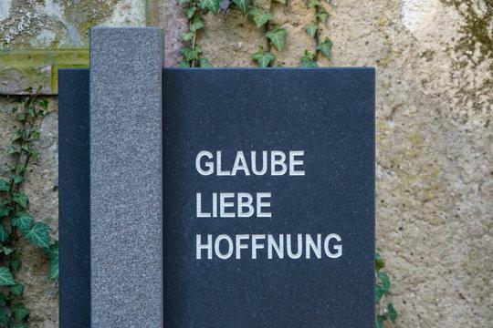 """Grabmal mit Aufschrift """"Glaube, Liebe, Hoffnung"""""""