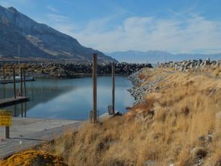 Krajobraz jezioro i góry w słoneczny dzień jesienia 2