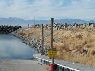 Krajobraz jezioro i góry w słoneczny dzień jesienia 24