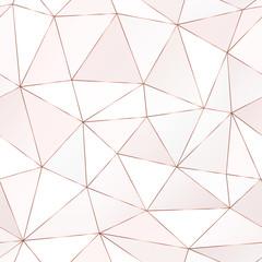 Modèle sans couture polygonale en or rose avec des carreaux triangulaires.