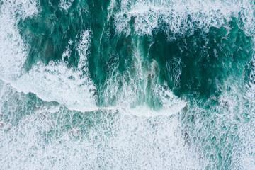 Poster Mer / Ocean Emerald ocean waves aerial drone top view