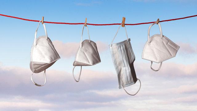 Tendal de ropa del que cuelgan mascarillas sanitarias secando
