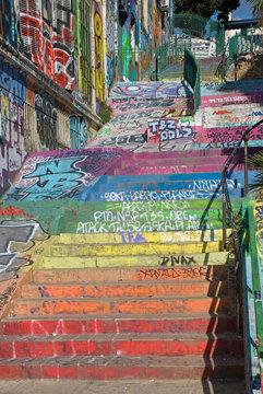 Treppe mit bunten Stufen am Cours Julien in Marseille