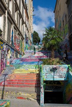 Bunte Treppe mit Graffiti am Cours Julien in Marseille