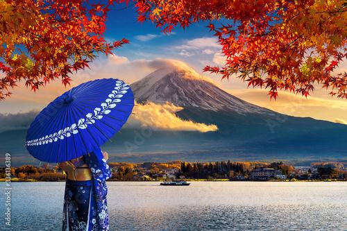 Wall mural Asian woman wearing japanese traditional kimono at Fuji mountain. Autumn at Kawaguchiko lake in Japan.