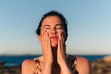 Applying sun lotion Fotoväggar