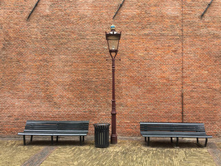two benches and a brick wall Fotomurales