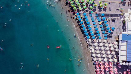 Aerial view of a touristic beach at Positano during the summer, Province of Salerno, Italy. Fototapete