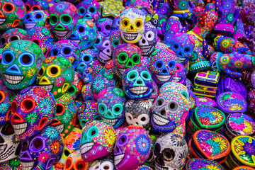 Decorated colorful skulls, ceramics death symbol at market, day of dead, Mexico. Fototapete