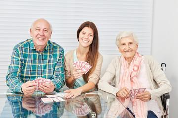 Wall Mural - Paar Senioren beim Karten spielen mit Tochter