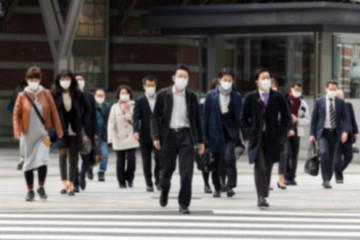 マスク姿のビジネスマンたち ボカシ写真