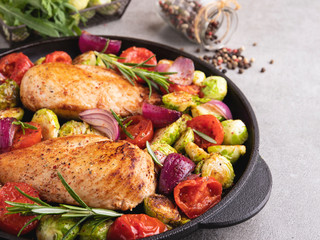 Fototapete - roasted chicken fillet with vegetables, brussels sprouts, onions, tomato
