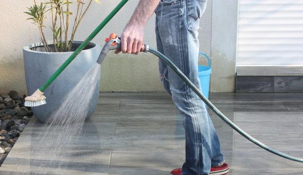 nettoyage de la terrasse au jet d'eau