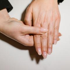 Obraz Woman's hand with pink nails - fototapety do salonu
