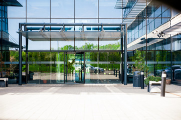 Main entrance to business building convenience center with glass doors and steel frame construction Fototapete