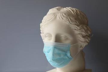 Gypsum head of Venus with a mask put on, illustrating strict quarantine measures Fototapete