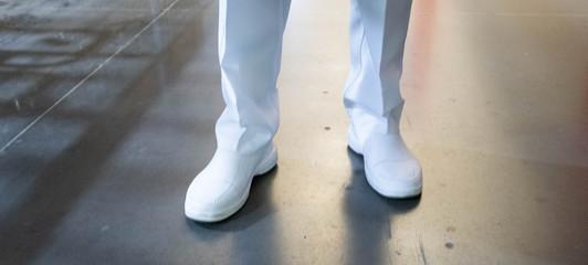 pies de enfermero con zapatos blancos Wall mural