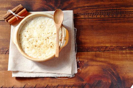 Arroz con leche muy cremoso con un toque de limón y canela. Postre de dieta mediterránea.