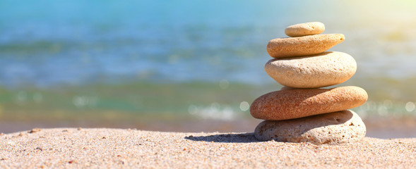 Stores photo Zen pierres a sable stack of stones on sand