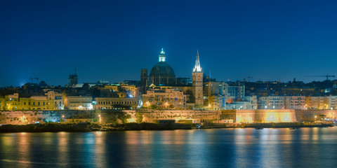 Malta's capital city Valletta, at night, from across the port in Sliema, with churches and buildings illuminated Fototapete