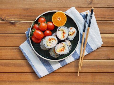 한국의 음식 김밥과 방울 토마토, 귤
