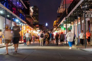 people walking on Bourbon street Fotomurales