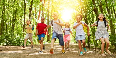 Kinder laufen zusammen zum Sommercamp