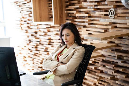 デスクで考え事をする女性幹部