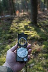 Fototapeta Bieg na orientacje przez las z kompasem w ręku obraz