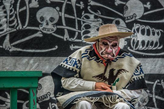 viejito con máscara y arrugas en obra de teatro actor dia de muertos