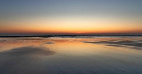 Zachód słońca na plaży w Bergen aan Zee, Holandia Północna