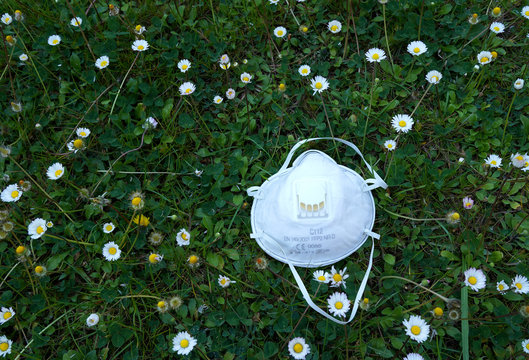 Masque de protection covid19 dans un champs de pâquerettes pendant les vacances de printemps au moment du confinement - Aix en provence 10/04/2020
