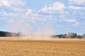 Traktor auf trockenem Feld Fotoväggar