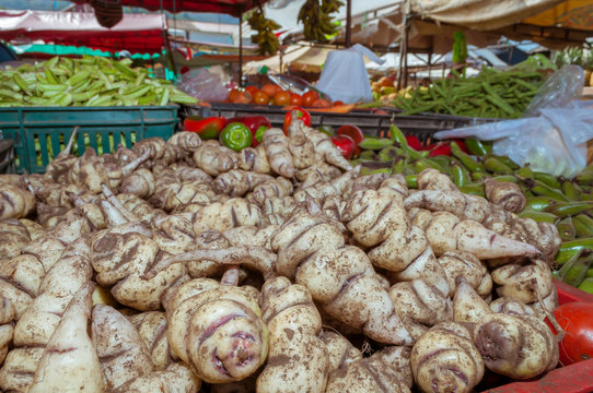 The cubes are tubers originating from Boyacá and are brought by the farmers who grow them every Saturday along with other products to the traditional farmers market to be sold.
